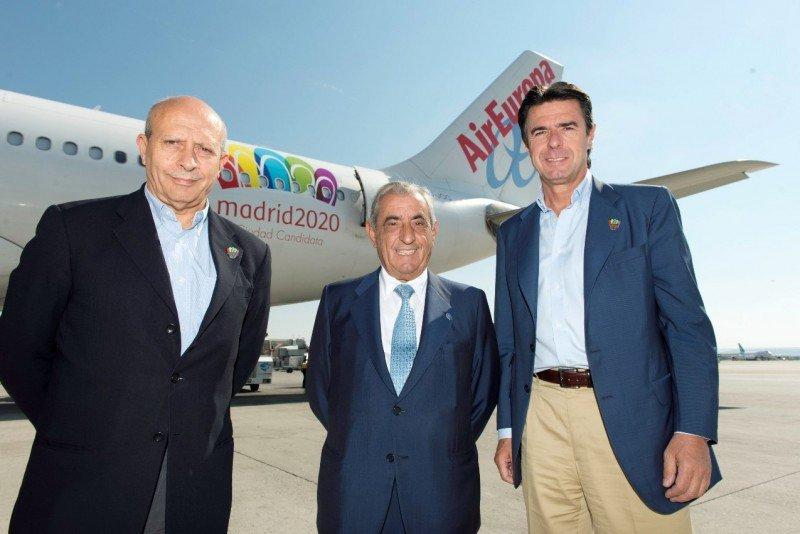 Juan José Hidalgo despedía ayer a los ministros Wert y Soria, quienes integran la delegación española de la candidatura Madrid 2020.