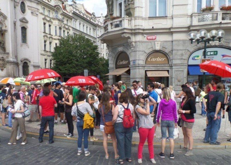 Los guías llevan en Praga un color distinto de camiseta, según la empresa.