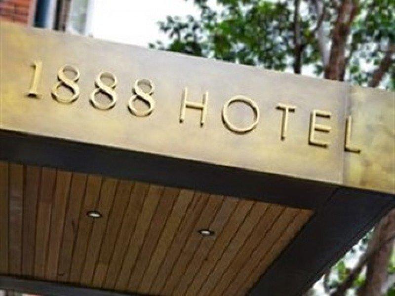 El nombre del hotel hace referencia al año en el que Kodak lanzó su primera cámara con carrete de papel.
