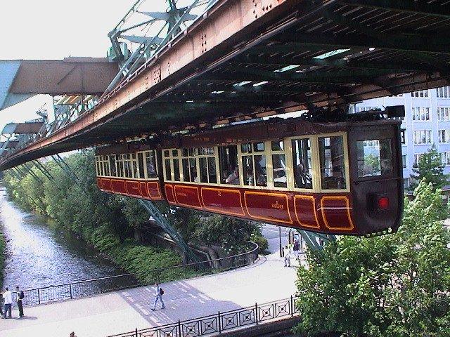 El tren colgante o Schwebebahn, inaugurado en 1901 y con una longitud de 13 km, circula principalmente suspendido sobre el río Wupper (Foto: Wikipedia).