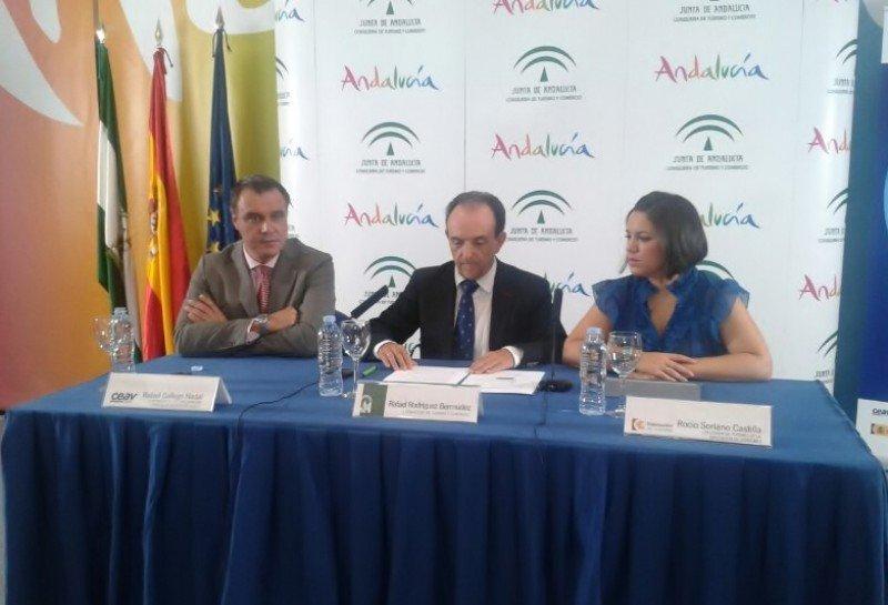 De izq. a dcha.: Rafael Gallego, presidente de CEAV; Rafael Rodríguez Bermúdez, consejero de Turismo y Comercio; y Rocío Soriano Castilla, delegada de Turismo de la Diputación de Córdoba.