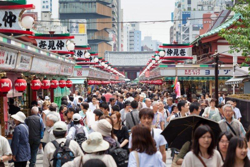 Ciudadanos japoneses en una calle de Tokio. #shu#