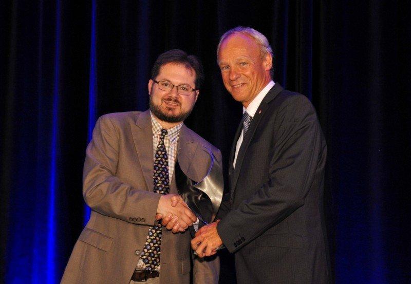 En la foto (de izquierda a derecha), Aaron Karp, editor senior de Air Transport World, entrega el premio a Hermann Lindner,  vicepresidente de Medio Ambiente e Infraestructura de airberlin (foto de Air Transport World).