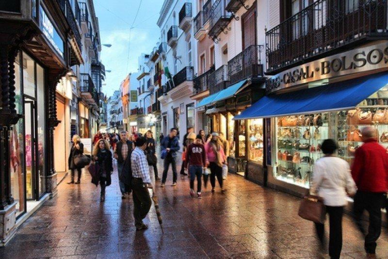 Calle comercial en Sevilla. #shu#