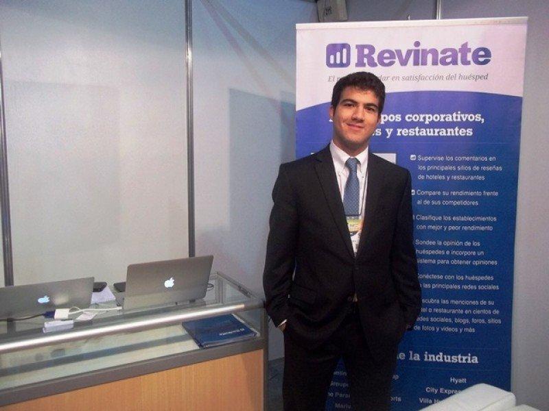 Felipe Colina, gerente de Mercadeo Latinoamérica en el stand de Revinate en la FIT.
