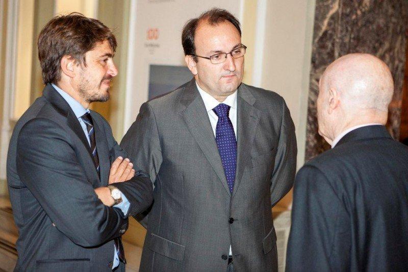 Jorge Marichal (i) y el viceconsejero de Turismo del Gobierno de Canarias, Ricardo Fernández de la Puente, minutos antes del encuentro.