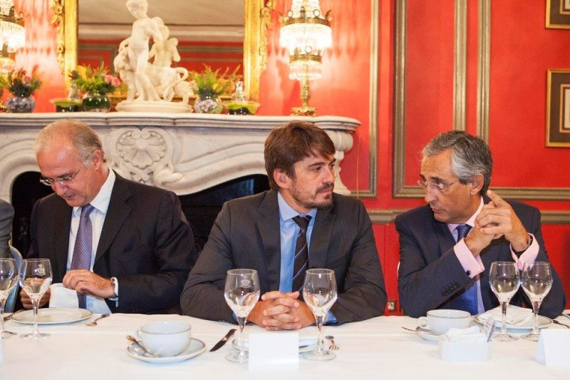 Jorge Marichal (c) junto al presidente de la FEHT, Fernando Fraile (d), y un representante de la cadena Riu.