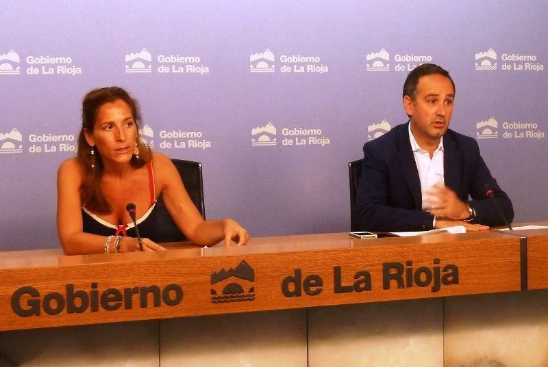La directora general de Turismo, Mónica Figuerola, acompañada por el director de Turismo.as, Juan Otero.