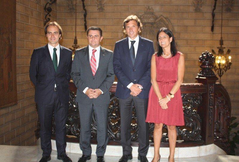 Álvaro Gijón (concejal de Turismo), Aurelio Vázquez (presidente de la FEHM), Mateo Isern (alcalde de Palma) e Inmaculada de Benito (gerente de la FEHM), durante el acto de la firma del convenio.
