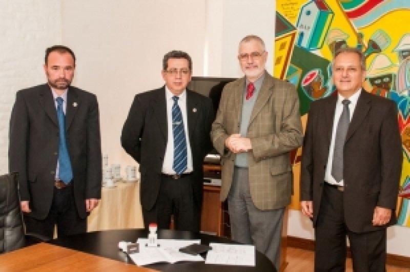 Benjamín Liberoff y autoridades de Migración en el lanzamiento del sello