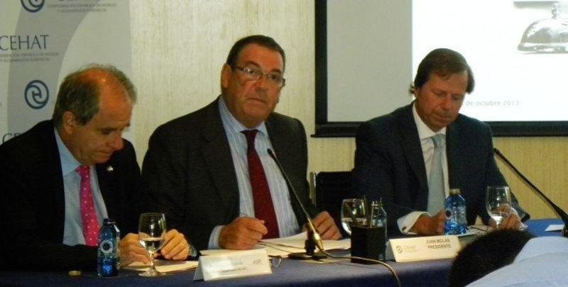 De izq a dcha, Javier Illa, Joan Molas y Ramón Estalella, en la presentación del balance estival de los hoteles españoles.