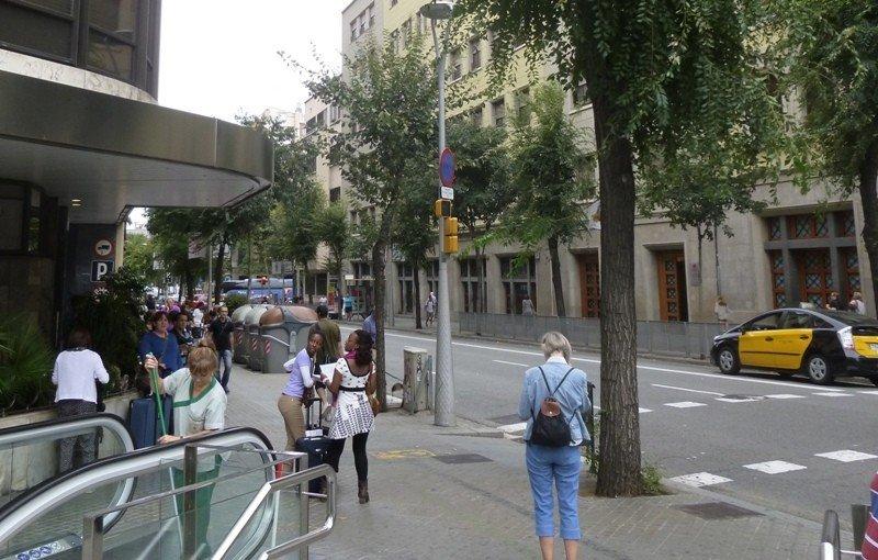 Los viajeros de Renfe salen por estas escaleras mecánicas directamente desde las vías hasta la calle Pau Claris.