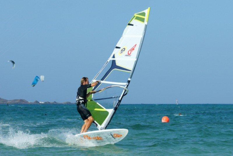 Práctica de windsurf en Fuerteventura, Canarias. #shu#