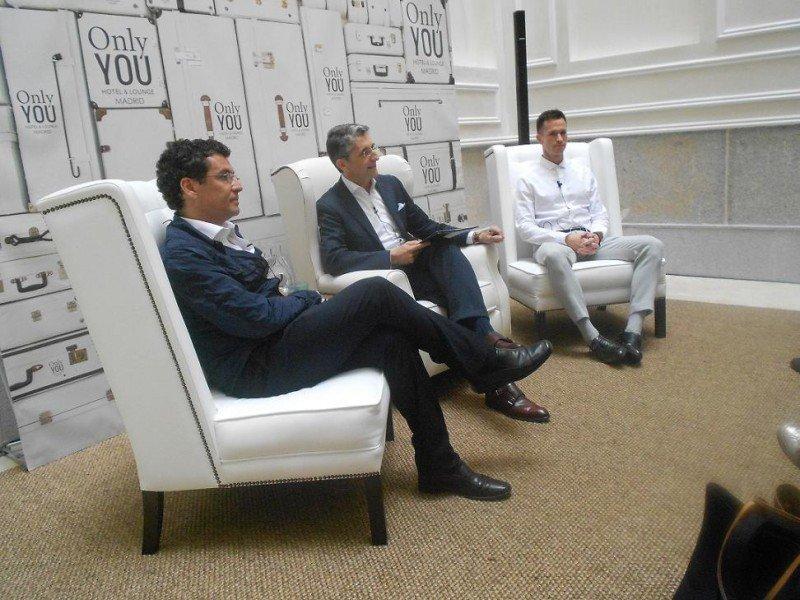 Juan Serra (en el centro), con Carlos Hernández (izq), de Estudio b76, y el representante del equipo de interiorismo de Contemporain Studio.