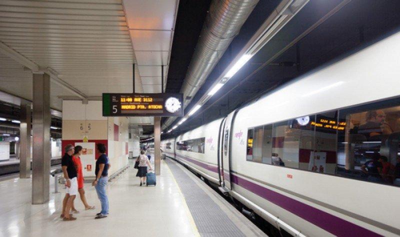Pasajeros en la estación de Sants, Barcelona. #shu#