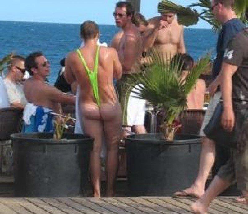 Bañistas en un paseo marítimo.