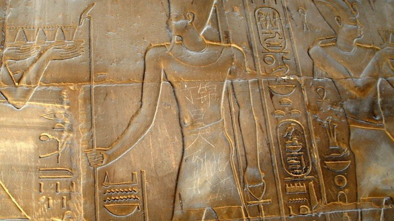 Un adolescente chino escribió 'Din Jinhao estuvo aquí' en esta escultura de 3.000 años del templo de Luxor, Egipto. Click para ampliar imagen.