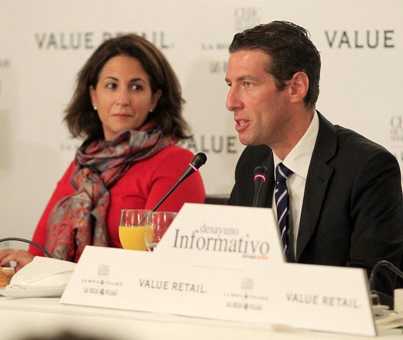 Michael Goldenberg, acompañado de la secretaria de Estado de Turismo, Isabel Borrego.