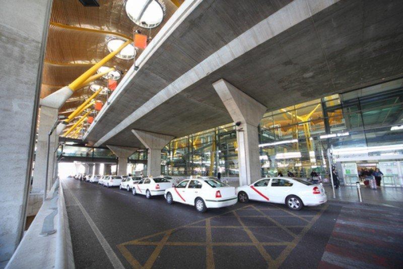 Taxis en la T4 del aeropuerto de Madrid. #shu#