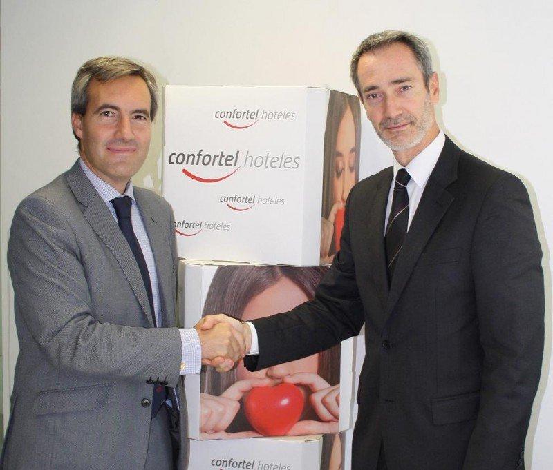Alejandro Oñoro, consejero delegado de Confortel Hoteles, y en representación de la propiedad del hotel Manuel Setién, tras la firma del acuerdo.