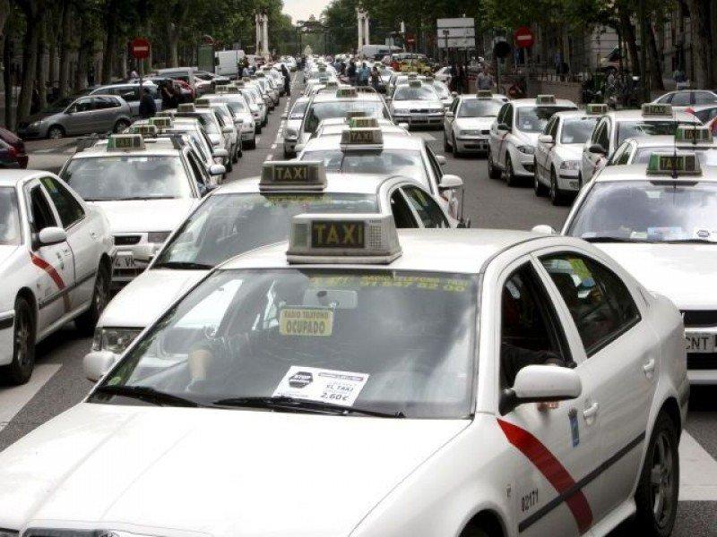 Madrid y los taxistas acuerdan mantener la tarifa fija de 30 € a Barajas