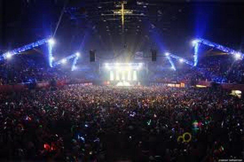 Miles de aficionados a la música se desplazan para asistir a conciertos y festivales musicales.