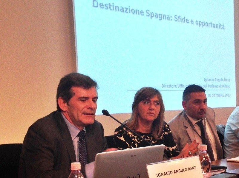 Ignacio Angulo, director de la OET de Milán, durante un encuentro con operadores turísticos italianos.
