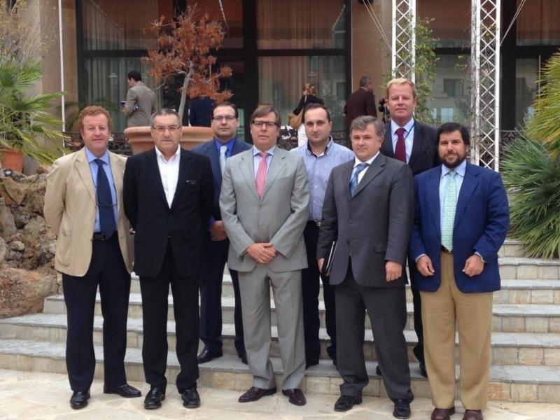 Los representantes del sector integrados en FAHAT, tras la reunión.