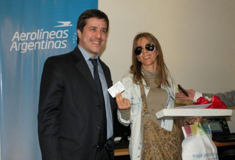 Mariano Recalde (presidente de Aerolíneas Argentinas) junto a María Paola Macchiarola, pasajera 6 millones.