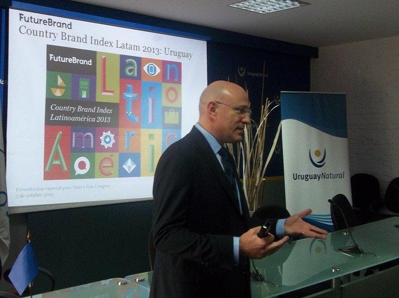 Gustavo Koniszczer responsable para Latinoamérica de Future Brand, presentando los resultados para Uruguay