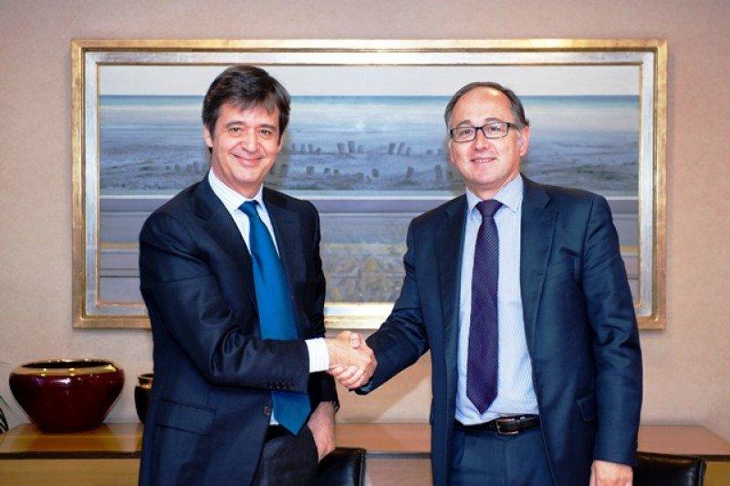Luis Maroto, president y CEO de Amadeus, junto a Luis Gallego, consejero delegado de Iberia, tras la firma del acuerdo.
