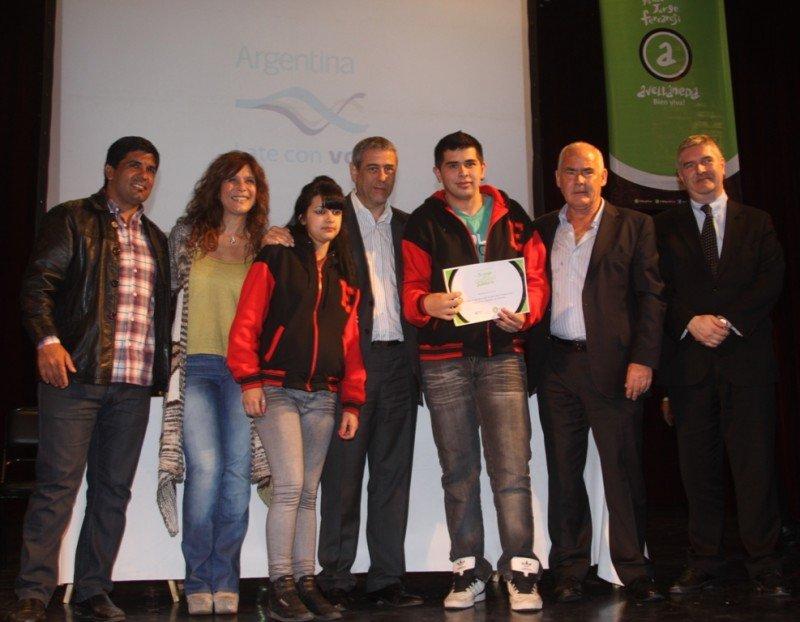El ministro Enrique Meyer y el intendente Jorge Ferraresi en la entrega de vouchers a alumnos de escuelas públicas de Avellaneda.