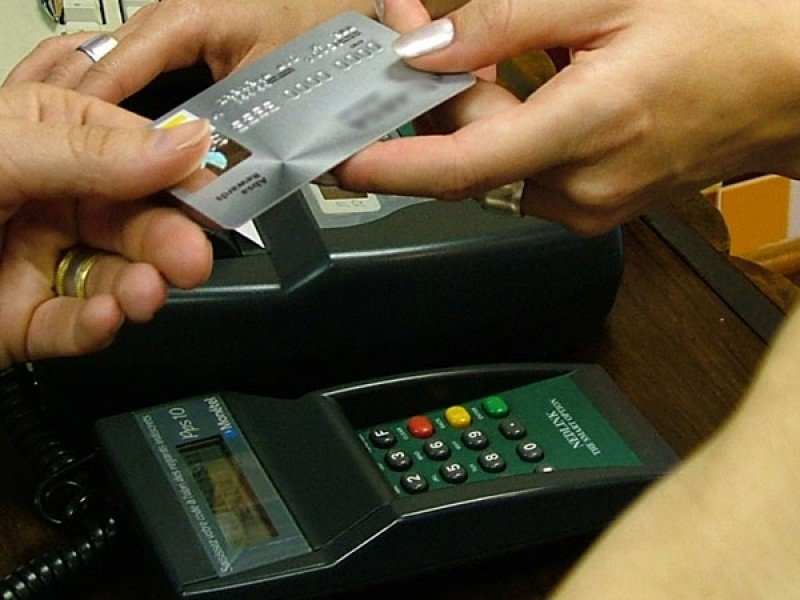 El dolar tarjeta pasó de 5,40 pesos a 7 pesos en un año.