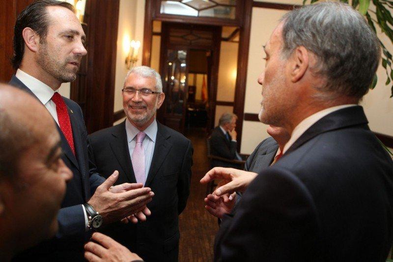 José Ramón Bauzá junto al embajador de España en Uruguay, Roberto Varela.