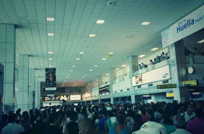 Cientos de pasajeros pasaron horas varados por un problema informático.