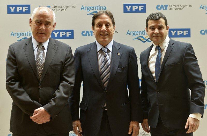 Izq a Der: Enrique Meyer (Ministro de Turismo), Oscar Ghezzi (Presidente CAT), Miguel Galuccio (Presidente y CEO de YPF).