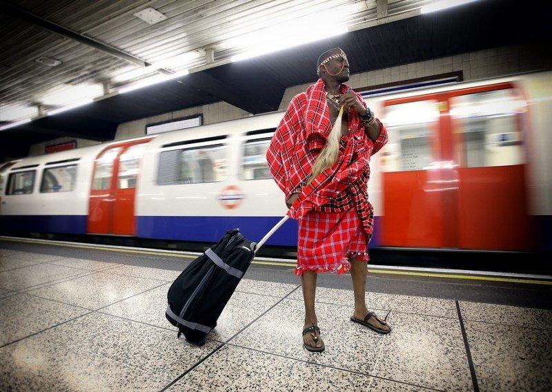 Un participante de Kenia, en el metro de Londres, viaja hasta el recinto Excel, donde se celebra la WTM.