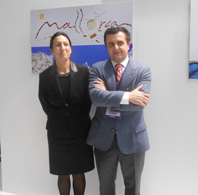 Aurelio Vázquez e Inma de Benito, de la FEHM, ayer en el stand de Baleares en la World Travel Market.
