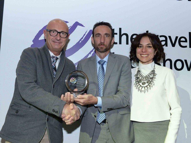 El premio fue recogido por Giovanni Cavalli, representante de PortAventura, y fue entregado por Manolo Molina, director de HOSTELTUR, y Micaela Juárez, directora de comunicación de WTM.