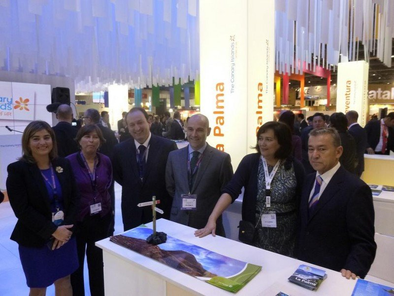La delegación canaria en la World Travel Market, encabezada por su presidente, Paulino Rivero, en su stand.