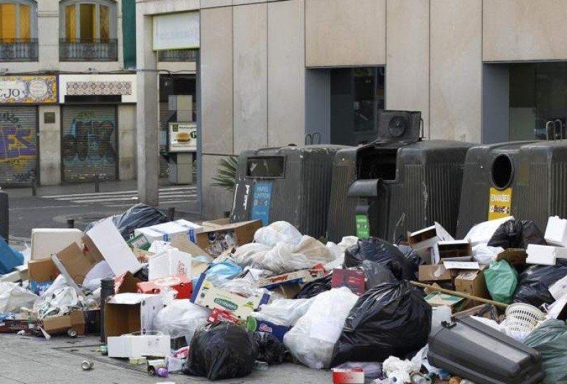 Diez días de huelga han deteriorado las calles de la ciudad.