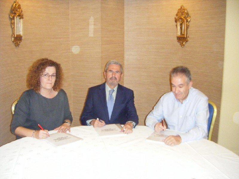 De izq. a dcha, la secretaria general de CCOO, Paloma Vega; el presidente de la AEHM, Antonio Gil; y el secretario sectorial de Hostelería de UGT, Miguel Calvo, en el momento de la firma.