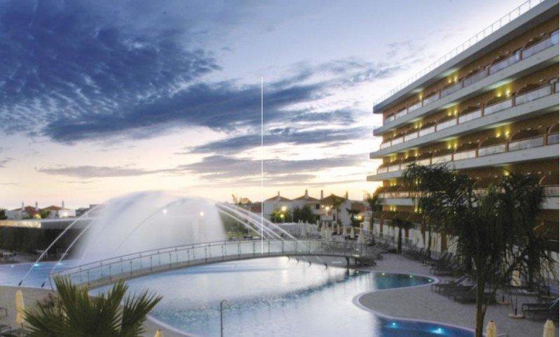 El BlueBay Balaia se encuentra a las afueras de Albufeira, en plena campiña del Algarve, con 139 apartamentos desde los que ofrece vistas al mar.