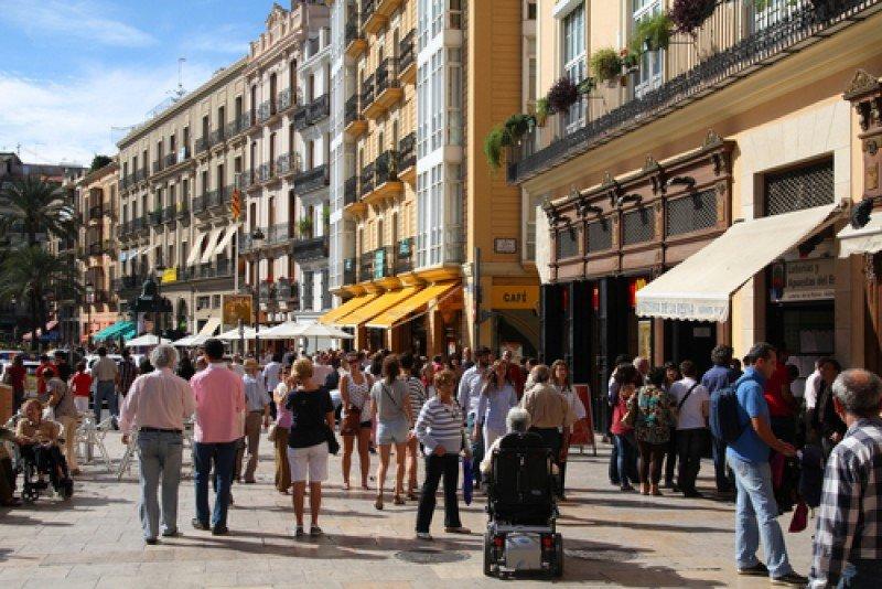 Turistas y residentes en una calle de Valencia. #shu#