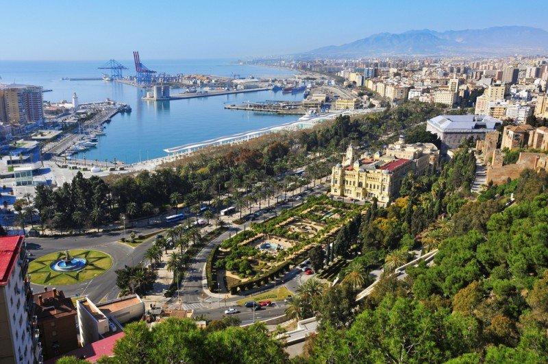 Por segundo año consecutivo la cifra de extranjeros alojados en los hoteles de Málaga capital superó en 2012 a la de nacionales. #shu#