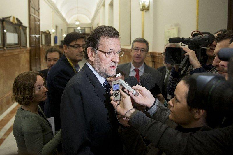 El presidente del Gobierno, Mariano Rajoy, atendiendo a los periodistas.