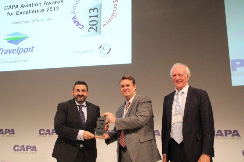 Alex CRuz, presidente y CEO de Vueling, recibe el Premio a la Excelencia como la mejor compañía de Europa en 2013 de las autoridades de CAPA.