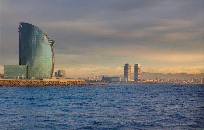 En primer término, el hotel W Barcelona u hotel vela. Al fondo, el hotel Arts.