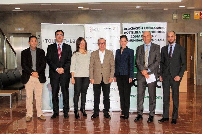 Los representantes de HOSBEC y Tourism and Law posan en la jornada celebrada sobre comercialización online.