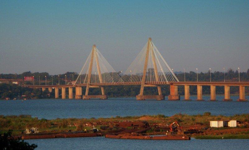 Afirman que el puente internacional San Roque Gonzalez 'quedó chico'.